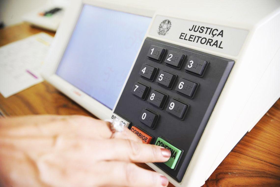 Lula lidera, mas vantagem para Bolsonaro em 2º turno cai, diz pesquisa PoderData