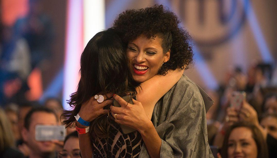 Rosângela Menezes recebe o abraço de Ana Paula Padrão
