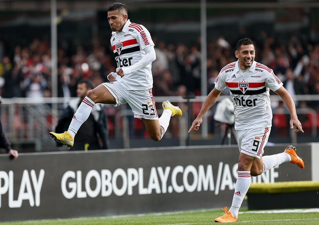 Rojas comemora gol acompanhado de Diego Souza  São Paulo na liderança  (Foto  Marcello Zambrana Agif Estadão Conteúdo) 3680c476ad631