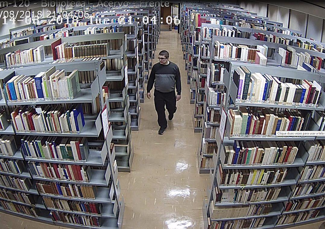 Unicamp divulga imagens de suspeito de pichar bibliotecas