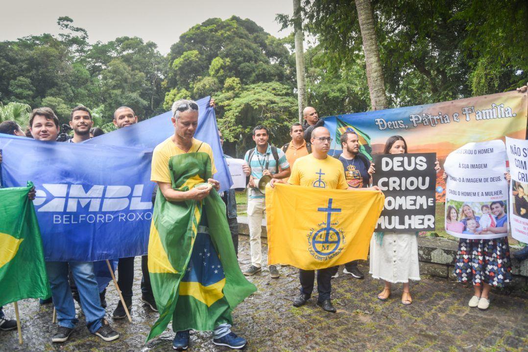 Manifestantes se reúnem no Rio contra exposição Queermuseu