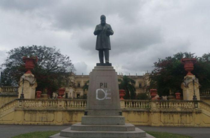 Homem é detido por pichar estátua de D. Pedro II