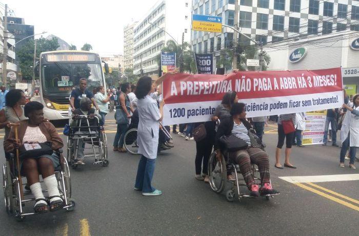 Pacientes e funcionários fazem manifestação contra crise na ABBR