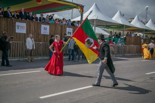 Cerca de 4 mil pessoas passam pela Avenida para desfile Farroupilha
