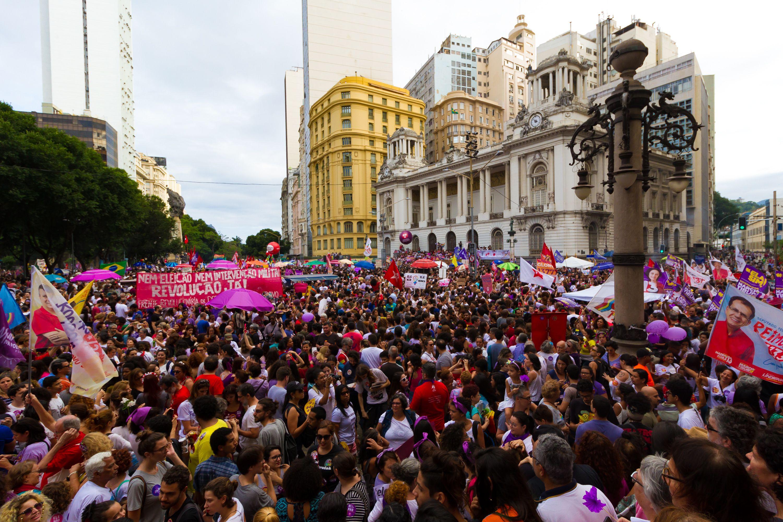 Manifestantes se concentram na Cinelândia, no centro do Rio de Janeiro