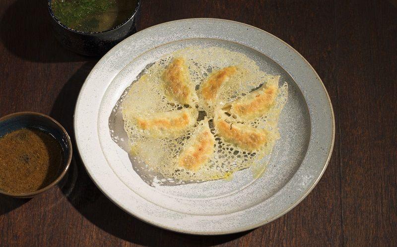 Duo de guioza de lombo e camarão com molho picante e missoshiro