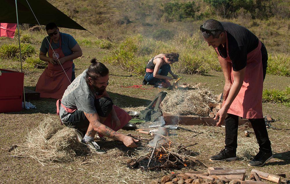Participantes cozinham na natureza e precisam fazer o próprio fogo