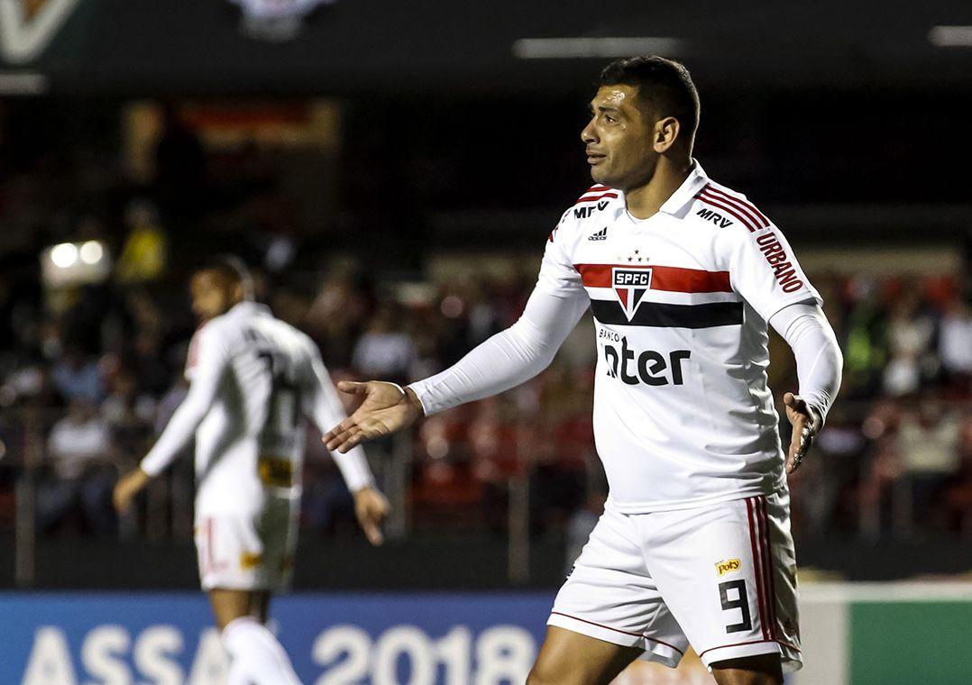 São Paulo empata com Atlético-PR e amplia jejum