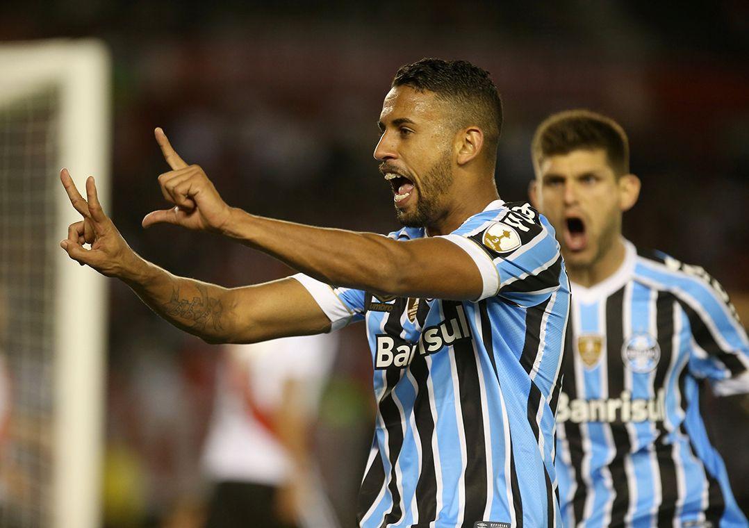 Michel marcou de cabeça e definiu a vitória gaúcha na Argentina (Foto   Agustin Marcarian Reuters) ceab3165c6c54