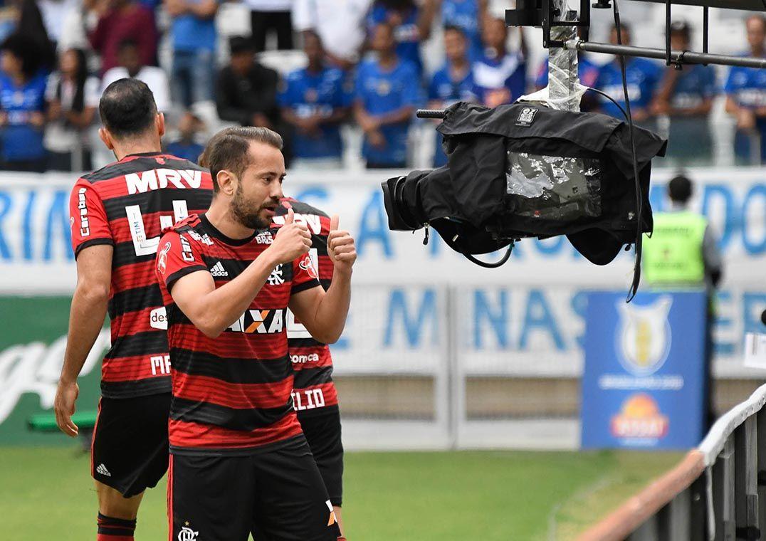 Everton Ribeiro comemora gol no Mineirão  bela atuação c995cb0a12ece