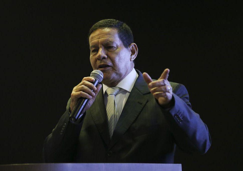 Brasil não participa de intervenção em outros países, diz Mourão