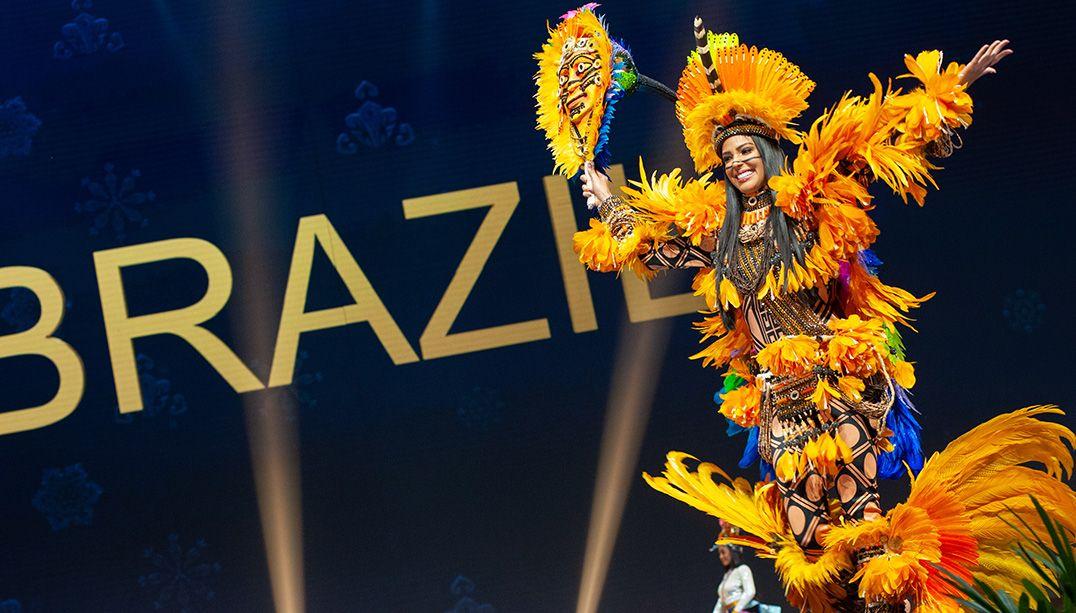 Miss Universo: Mayra Dias é ovacionada durante desfile de traje típico
