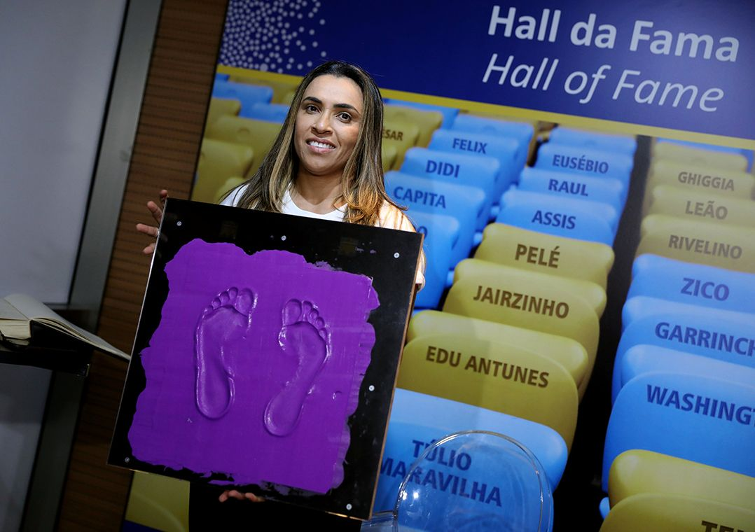 Marta vira 1ª mulher a ter os pés na Calçada da Fama do Maracanã