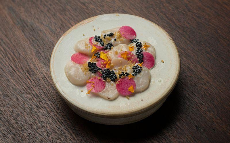 Carpaccio de vieira com rabanete melancia e creme de caviar