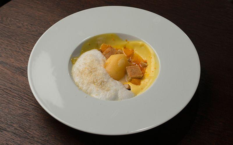 Tangerina e espuma de mel de cacau com bolo de castanha do Pará