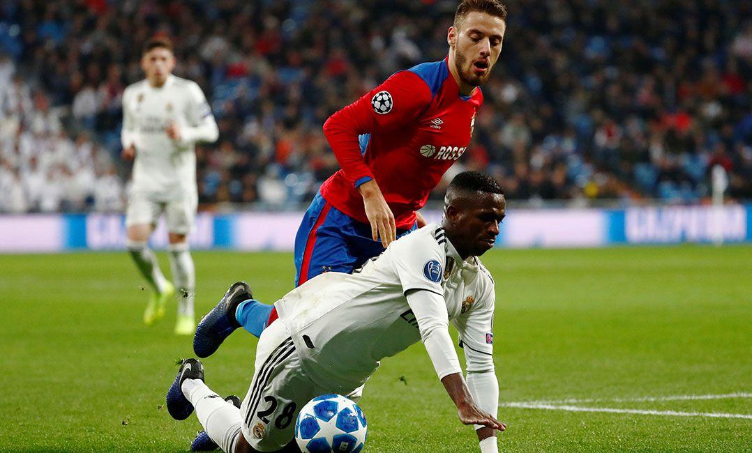 Vinícius Júnior sofre com a marcação do CSKA (Foto  Juan Medina Reuters) 2a5aabbd9b264
