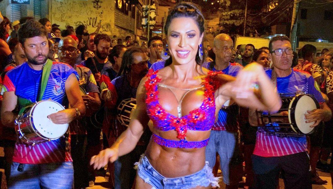 Gracyanne Barbosa rouba a cena em ensaio de rua da União da Ilha