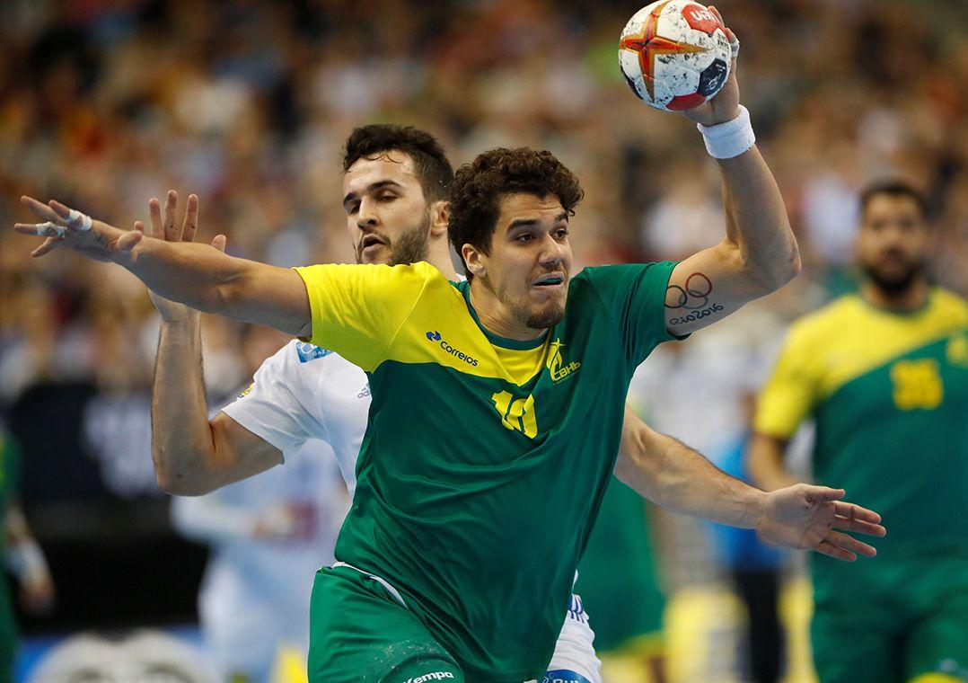 d0cf3f08aec86 Brasil volta à quadra neste sábado para enfrentar a Alemanha (Foto   Hannibal Hanschke Reuters). A seleção brasileira masculina de handebol ...