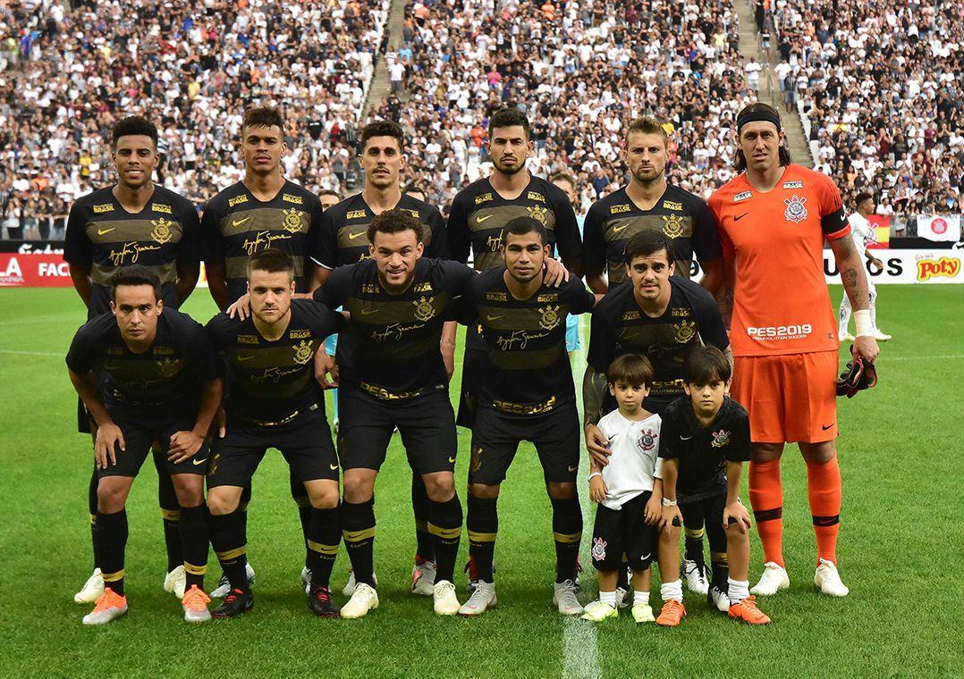 Corinthians estava sem um patrocinador na parte mais nobre de sua camisa  desde abril de 2017 (Foto  Eduardo Carmim Agência O Dia Estadão Conteúdo) 77494b5937f32