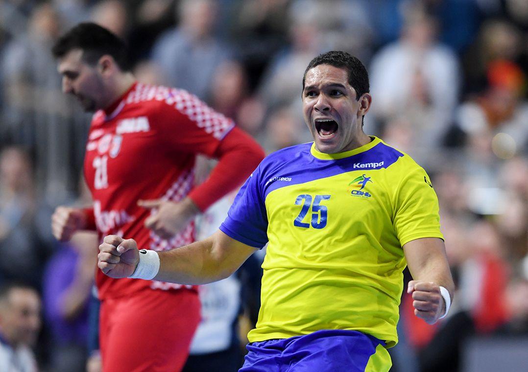 1721bc6506d39 Brasil volta à quadra para enfrentar a Espanha nesta segunda (Foto   Annegret Hilse Reuters). A seleção brasileira masculina de handebol ...