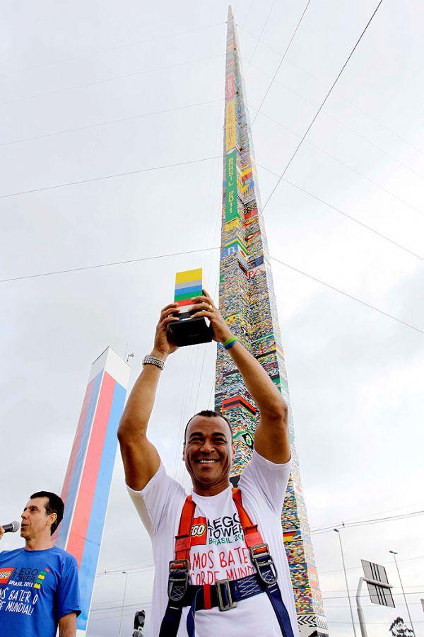 Cafu ergue a última peça, colocada no topo da torre de lego / Foto: Divulgação