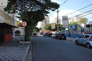 Rua central tem estacionamento proibido em Taubaté