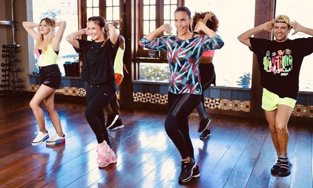 Ivete e Claudinha ensaiam coreografia de aposta de hit para o Carnaval