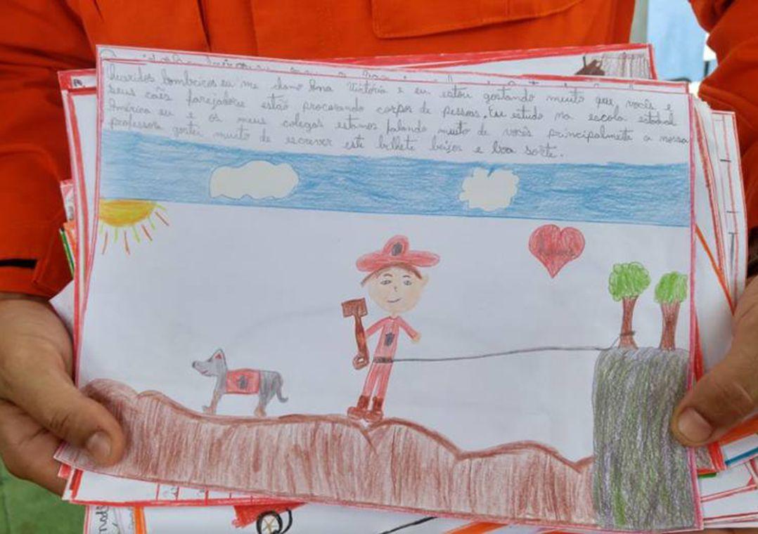 Crianças desenham em homenagem aos bombeiros em Brumadinho