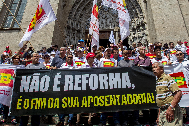 Manifestantes ocupam a Sé contra projeto da reforma da Previdência