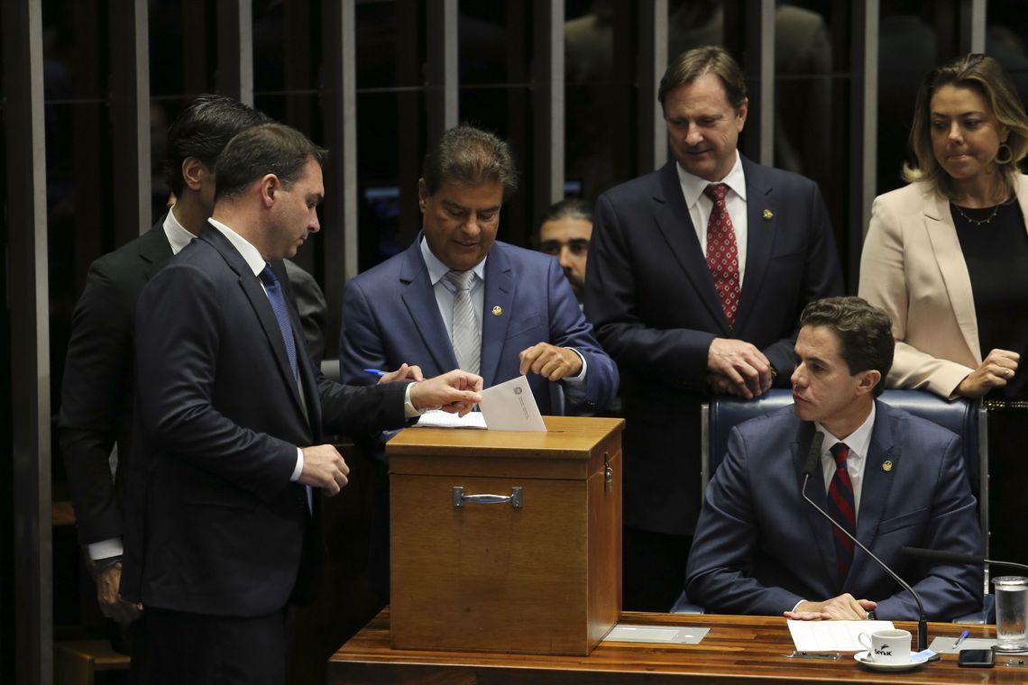 Corregedor enviará à PF foto de senador suspeito de votar 2 vezes