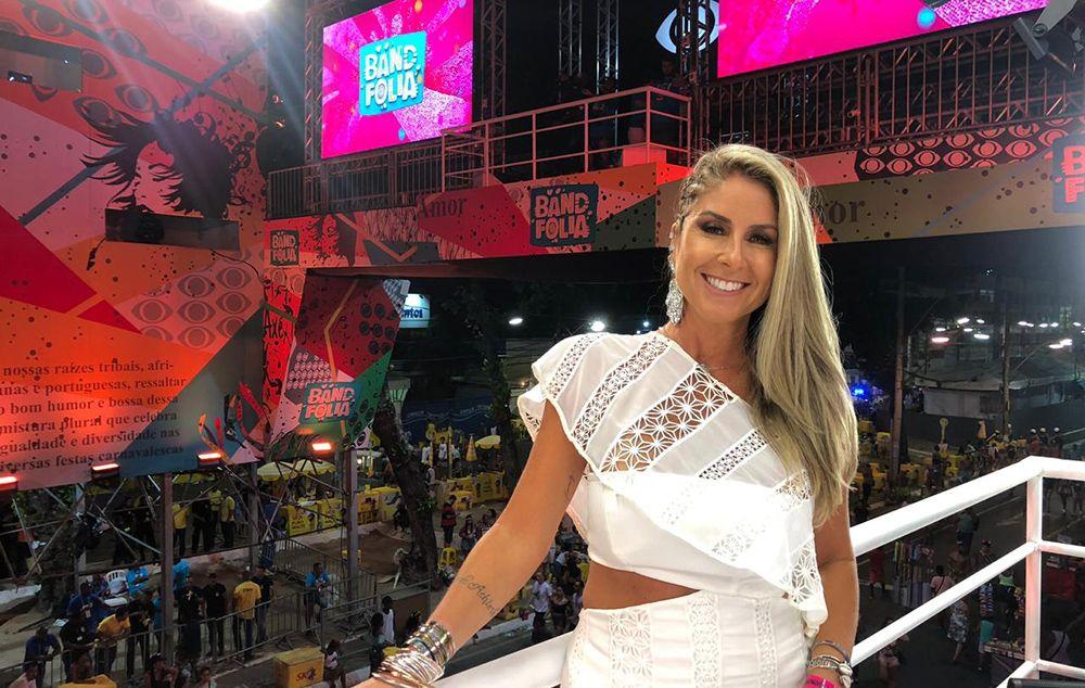 Patrícia Maldonado em frente à passarela da Band