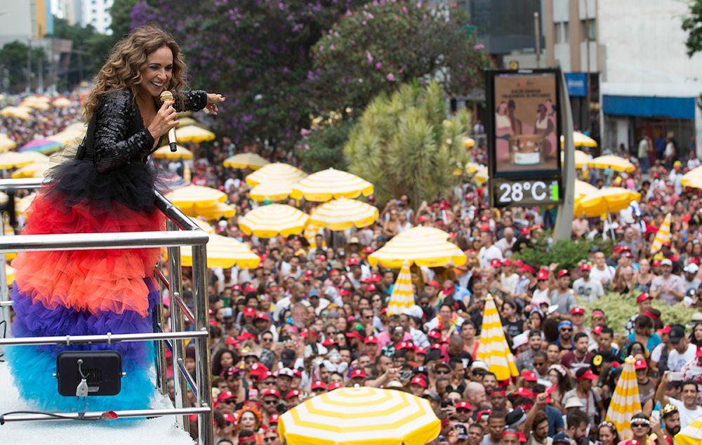 Daniela Mercury arrasta multidão no fechamento do Carnaval em SP