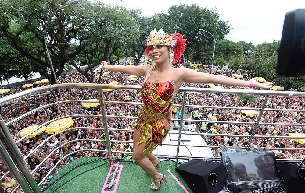 Após golpe, Lexa se apresenta com Preta Gil e Anitta em São Paulo