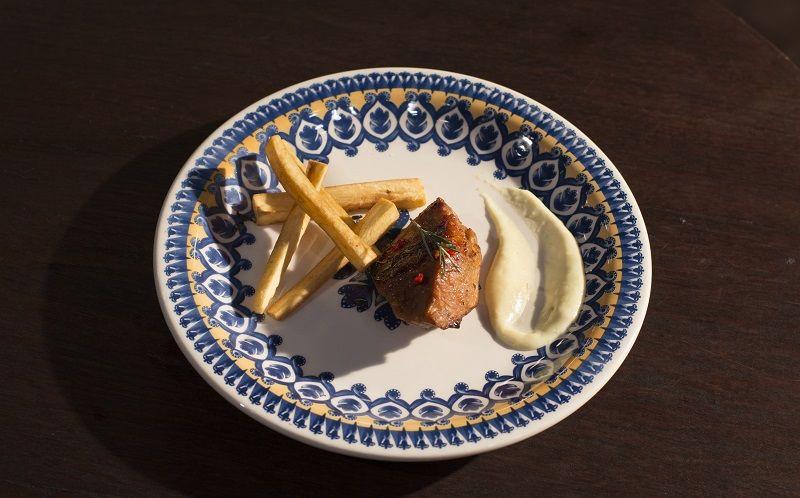 Alcatra suína agridoce, com creme de milho com castanhas e palitos de mandioca