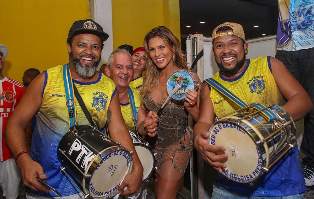 Lívia Andrade vira à frente da bateria do Paraíso do Tuiuti