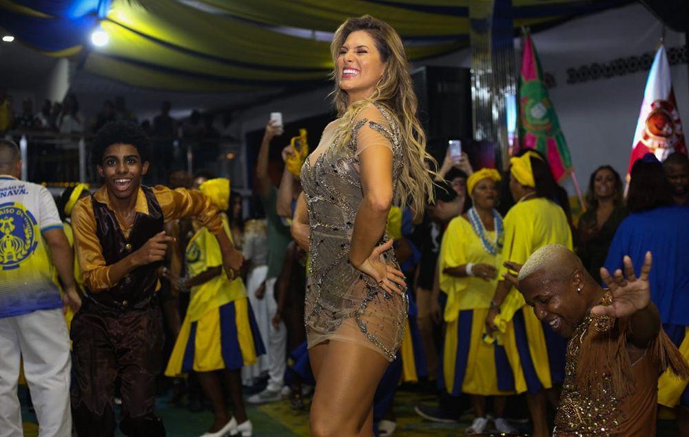 Lívia Andrade desfilou pela escola como musa em 2019