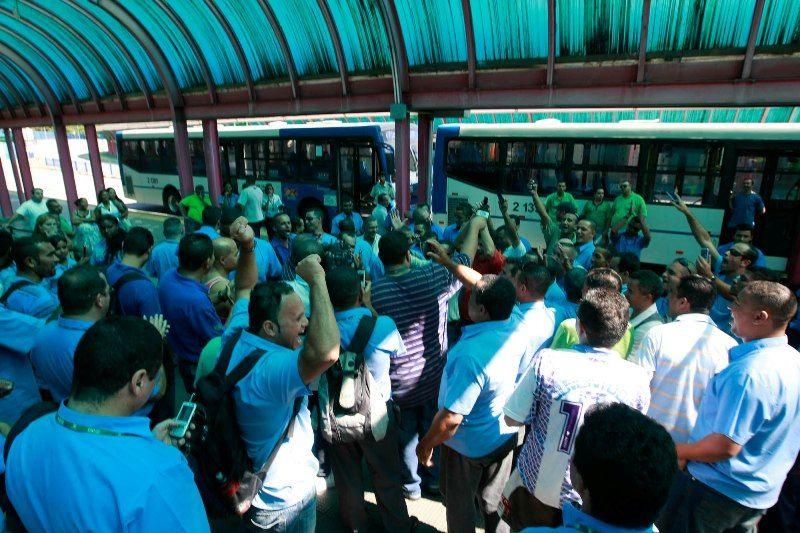 Grupo de manifestantes interdita as entradas e saídas do terminal de ônibus da Cachoeirinha, SP
