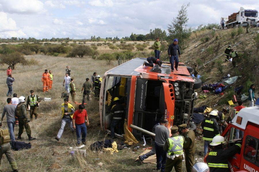Ônibus capotou em uma curva e caiu em um barranco de cerca de cinco metros