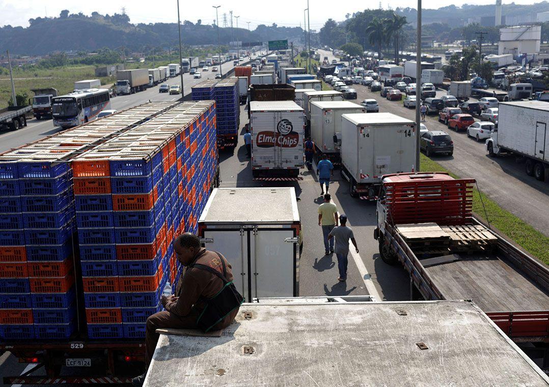 Bolsonaro apela a caminhoneiros para evitar greve e estuda forma de reduzir diesel