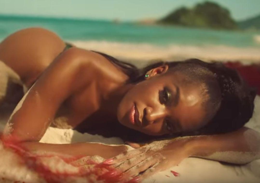 Iza sensualiza em clima praiano no clipe de Brisa; assista