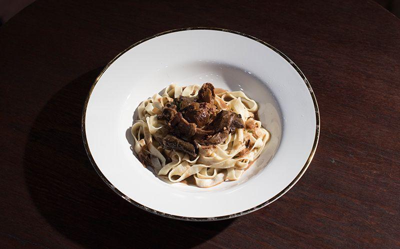 Tagliatelle com ragu de vitela e cogumelos secos