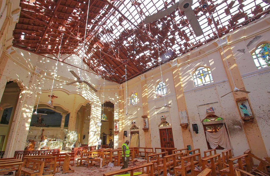 Governo de Sri Lanka impõe toque de recolher após 8 explosões matar 290 pessoas