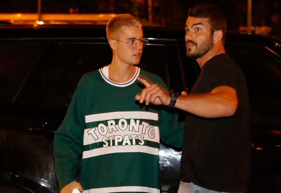 Bieber tenta ir a dois restaurantes e causa tumulto