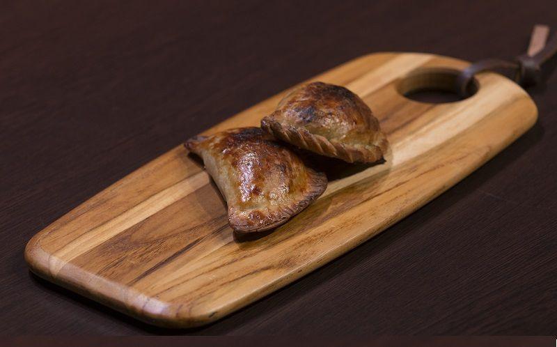Empanada de ricota com espinafre, taioba e ora-pro-nóbis