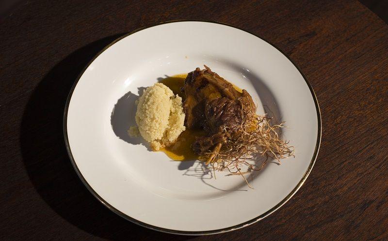 Pato ao molho de maracujá com cuscuz e crispy de alho-poró
