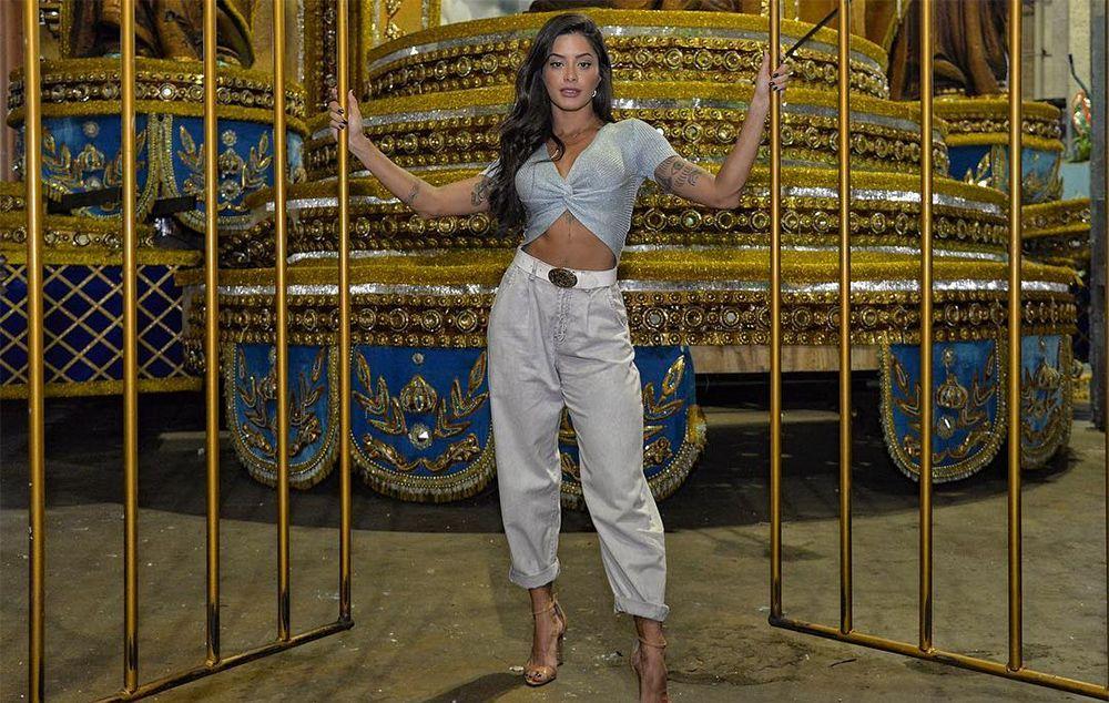 Aline Riscado é a nova rainha de bateria da Vila Isabel