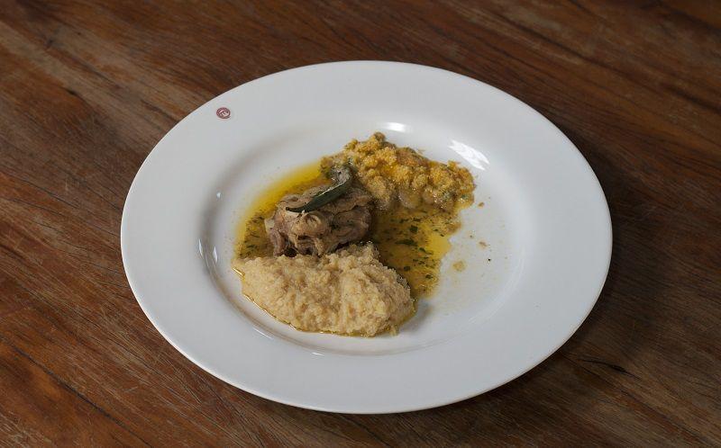 Ensopado de frango caipira com angu de milho e farofa de pequi