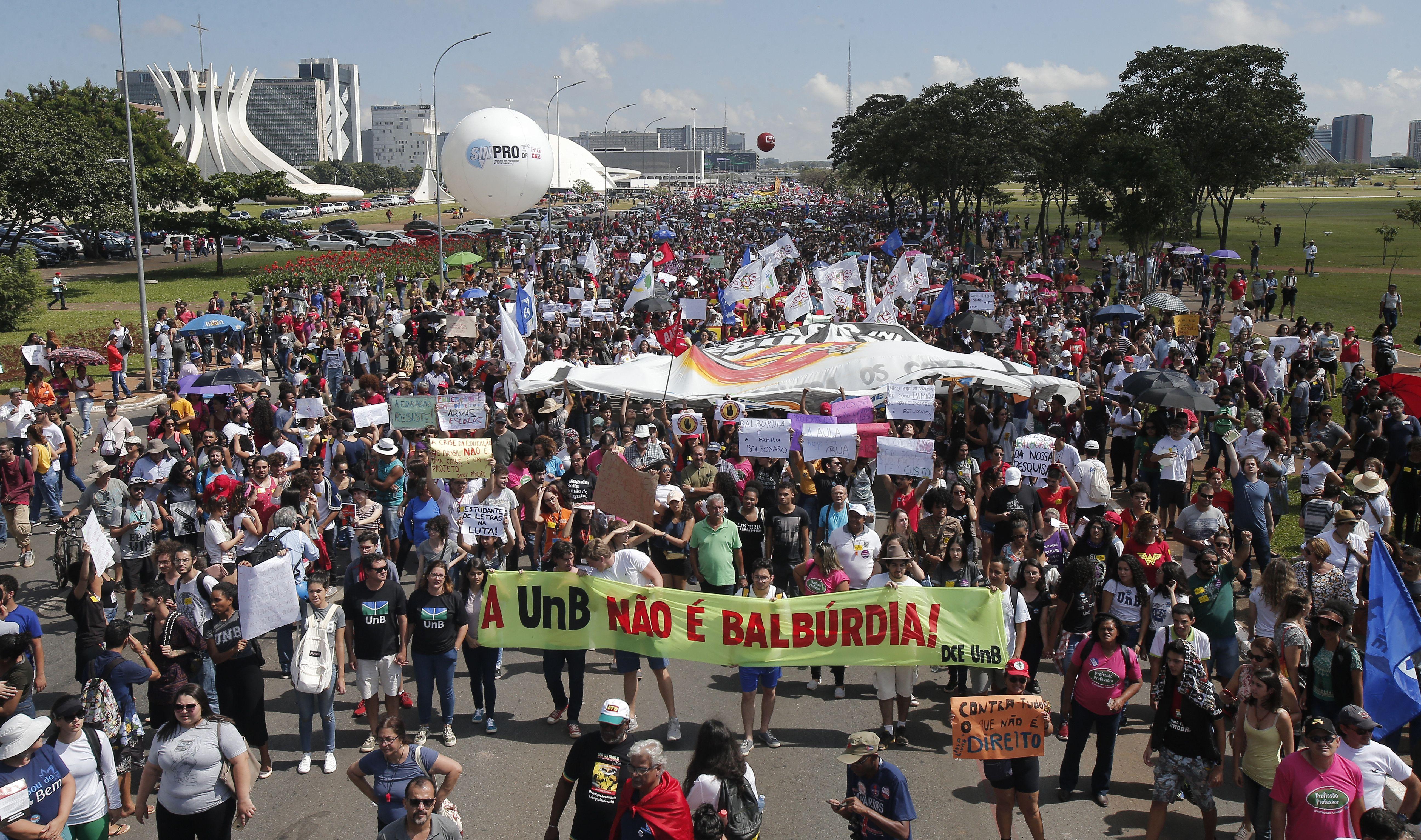 Manifestantes protestam contra o bloqueio de recursos para a educação anunciado pelo Ministério da Educação e realizam passeata pela Esplanada dos Min