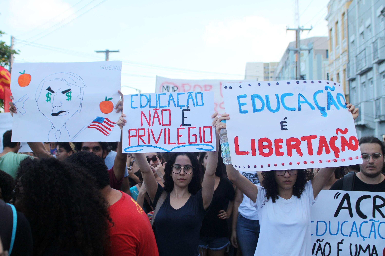 Manifestantes realizam ato no bairro de Santo Amaro, área central do Recife