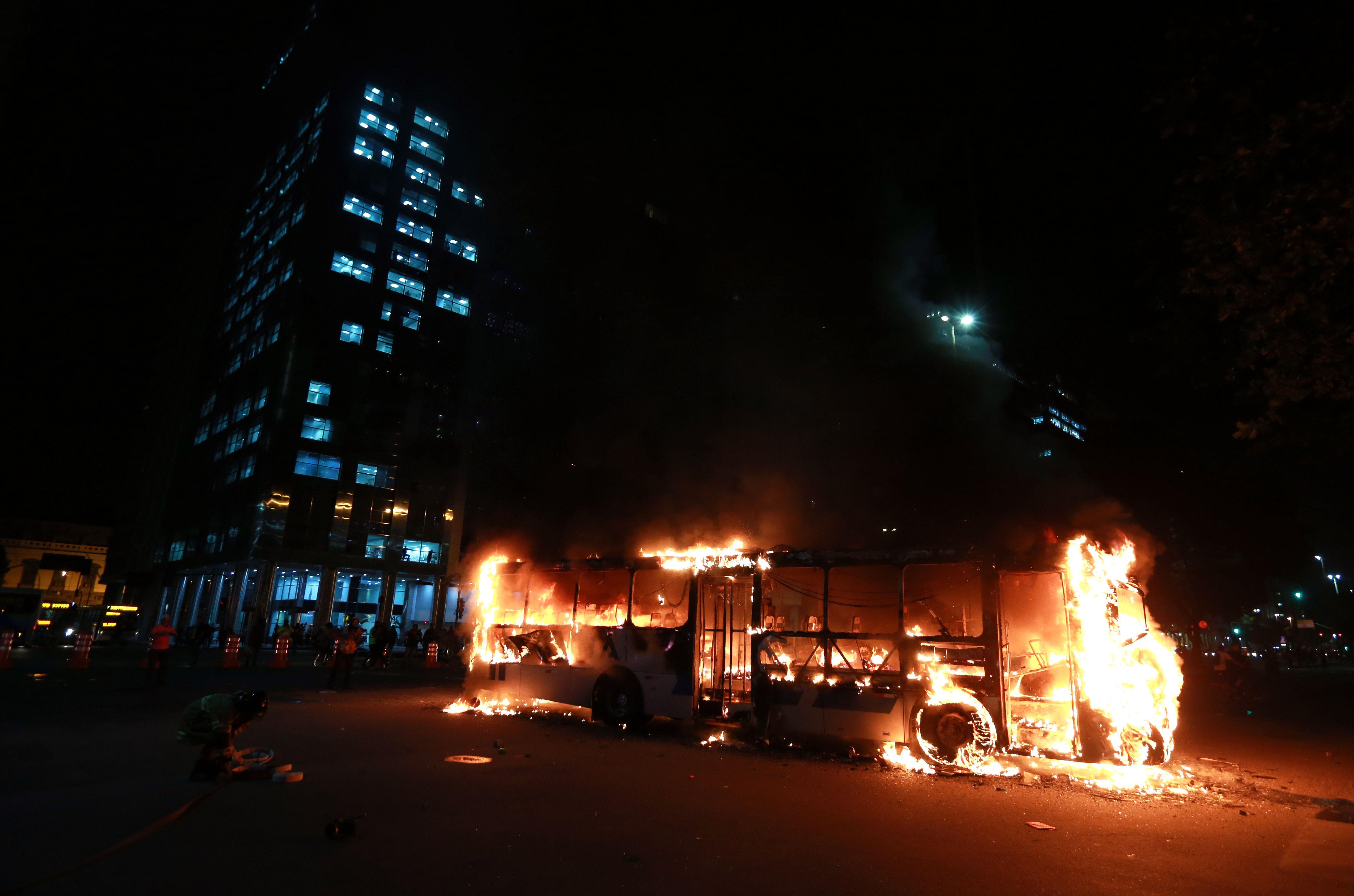 Ônibus é incendiado por manifestantes após protesto no centro do Rio de Janeiro